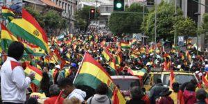 Des boliviens célèbrent le départ de Morales.
