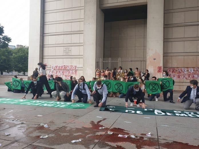 Des activistes d'Extinction Rebellion s'enchaînent au ministère de l'Économie